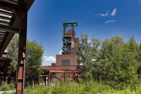 Schachtanlage für Materialtransport und zum Einfahren der Bergleute