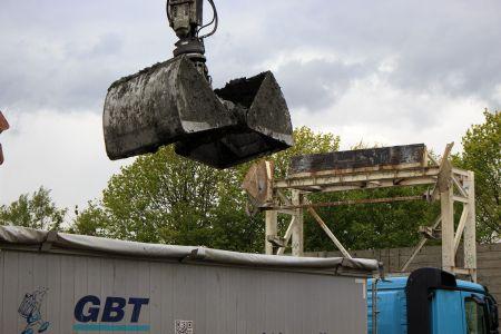 Aushub wird auf LKW geladen
