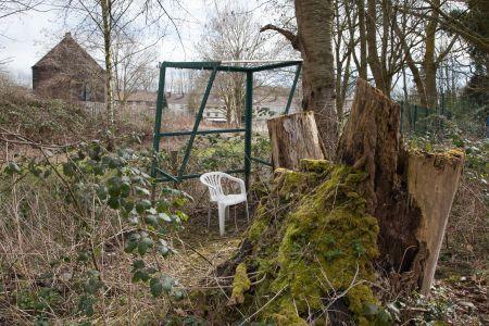 Gartenstuhl und provisorische Laube am Marbach