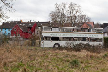 Bus einer alternativen Gruppierung in der Nähe des Marbachs