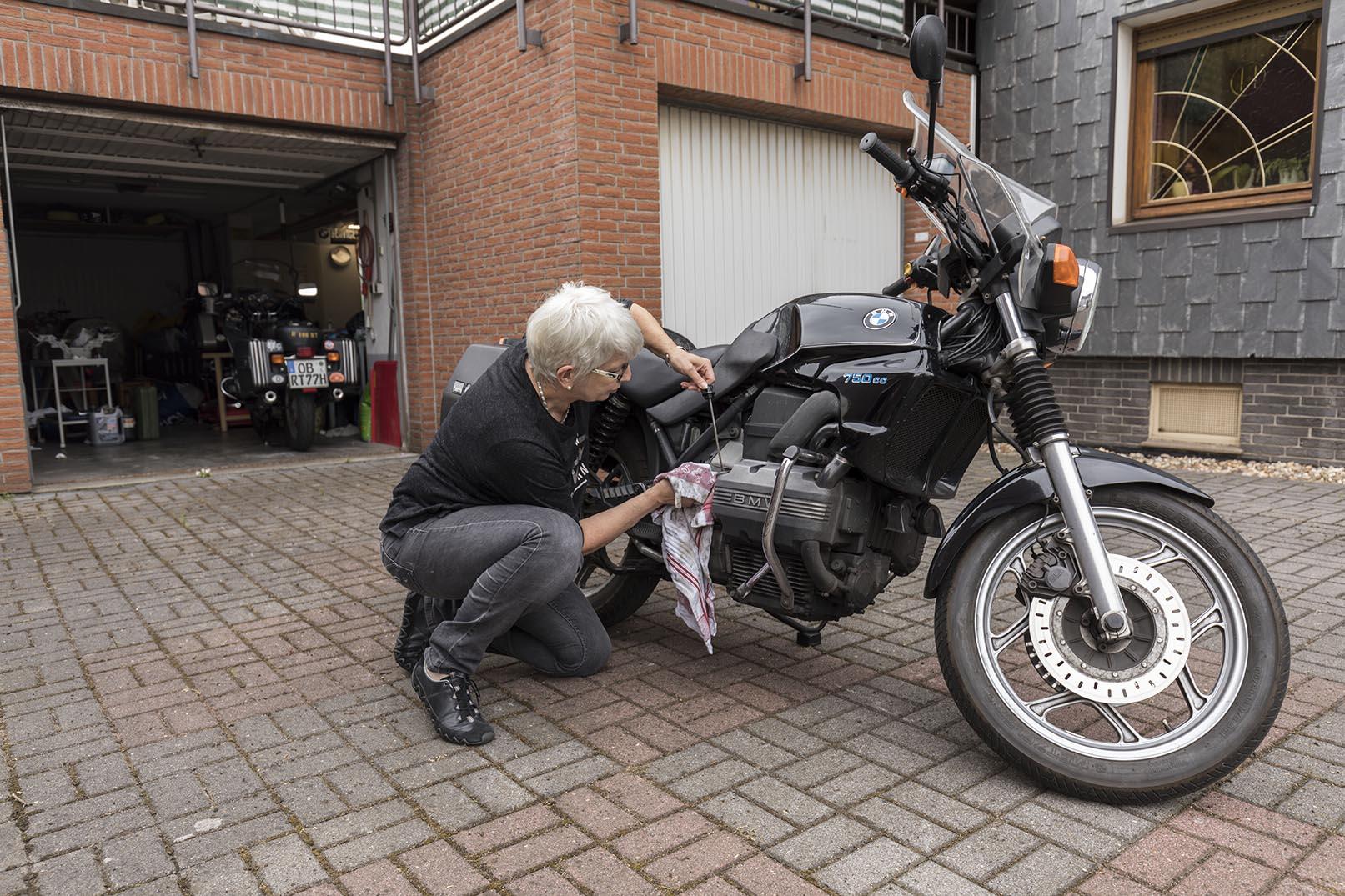Gisela mit ihrem Motorrad